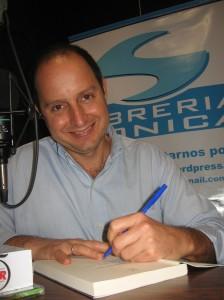 Eli Bravo autografía el libro para obsequiar