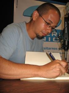 """Carlos firma """"El otro infierno"""""""